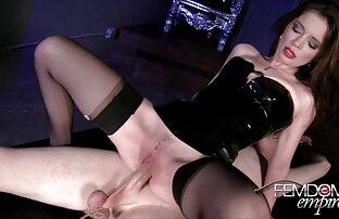 Rubia follando junto haciendo el amor de lesbianas a la piscina