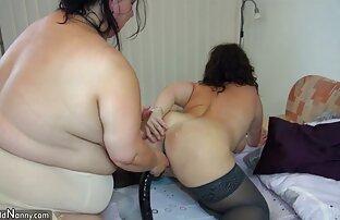 Puño lesbianas se follan con un dildo