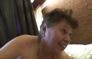 A Primer - Chica tetona muestra sus tetas cogida de lesbianas