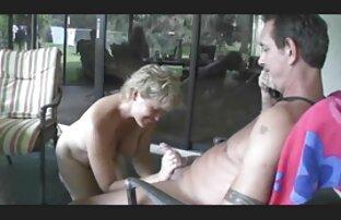 Brooke no puede resistirse a llenar su coño caliente con un consolador lesbianas follando en el cine